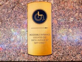 Faciliteter för personer med funktionsnedsättning i New York