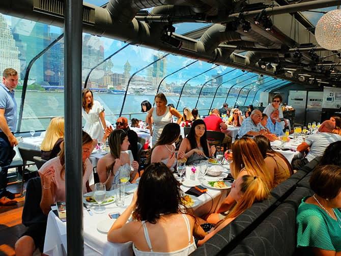 Lunchkryssning ombord på Bateaux i New York - Äta lunch