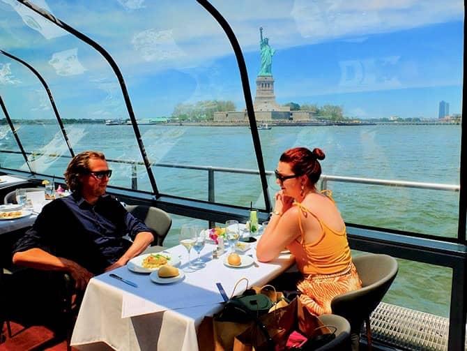 Lunchkryssning ombord på Bateaux i New York