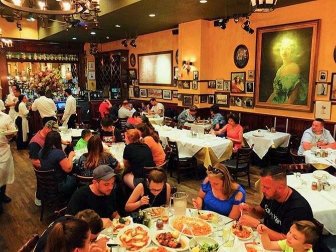 Carmine's familjerestaurang i New York - Äter middag