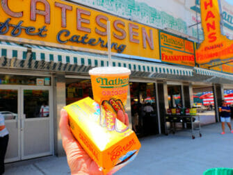 Denos Wonder Wheel Amusement Park på Coney Island - Nathans Famous Hot Dog
